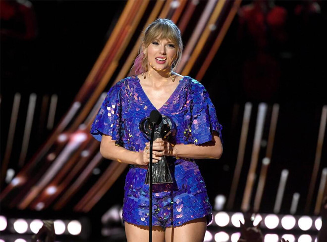 Taylor-Swift-7 Taylor Swift wears a sexy outfit despite gaining weight.