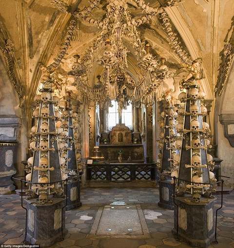 The-church-is-built-from-40000-human-bones-7 The church is built from 40,000 human bones.